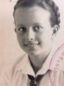 Eine schwarzweiß Fotographie einer jungen Frau cica 1949