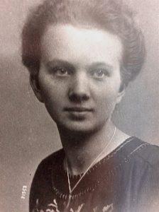 Ein Foto sepia von einer jungen Frau zwischen ca. 1915